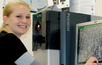 Jitka Färberová of the Department of Nonwovens next to the Phenom Scanning Electron Microscope